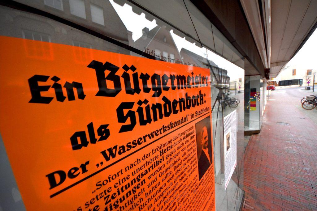 Die Plakate im Schaufenster der Jugendkulturwerkstatt an der Dufkampstraße 19 sollen über die Mechanismen, die sich Nationalsozialisten Anfang der 1930er-Jahre zunutze machten, aufklären.