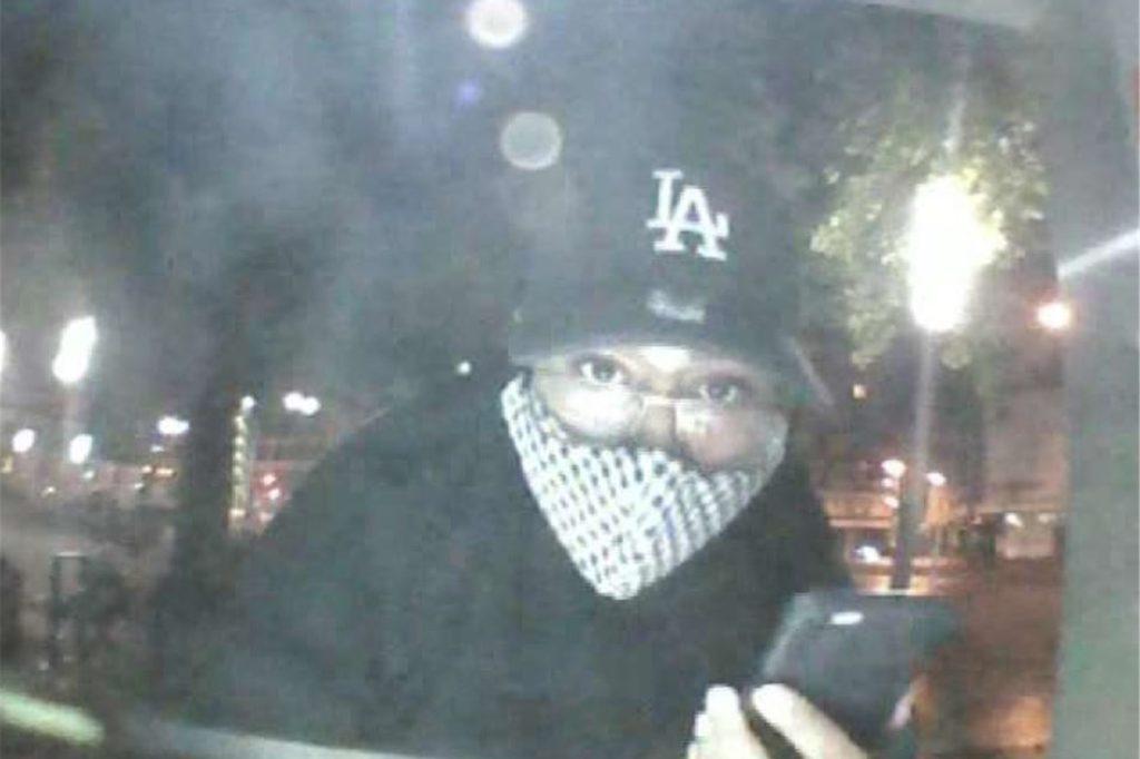 Das Bild der Tatverdächtigen beim Abheben mit der gestohlenen EC-Karte.
