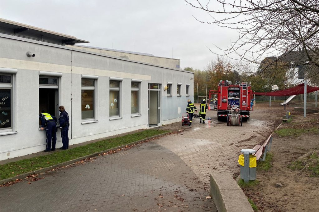 Einsatzkräfte kontrollieren die Bibliothek des Schulgebäudes von außen.