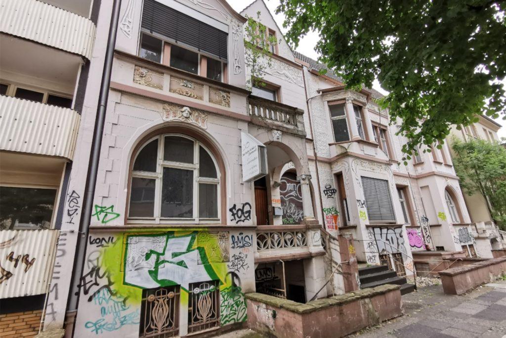 Seit Jahren verfällt dieser eigentlich sehr schöne Gebäudekomplex an der Alexanderstraße.