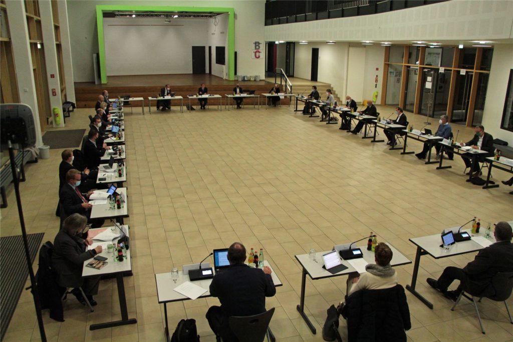 Bei der Sitzung des Stadtrates war aufgrund des Gebotes der Kontaktvermeidung nur gut die Hälfte der Volksvertreter anwesend.