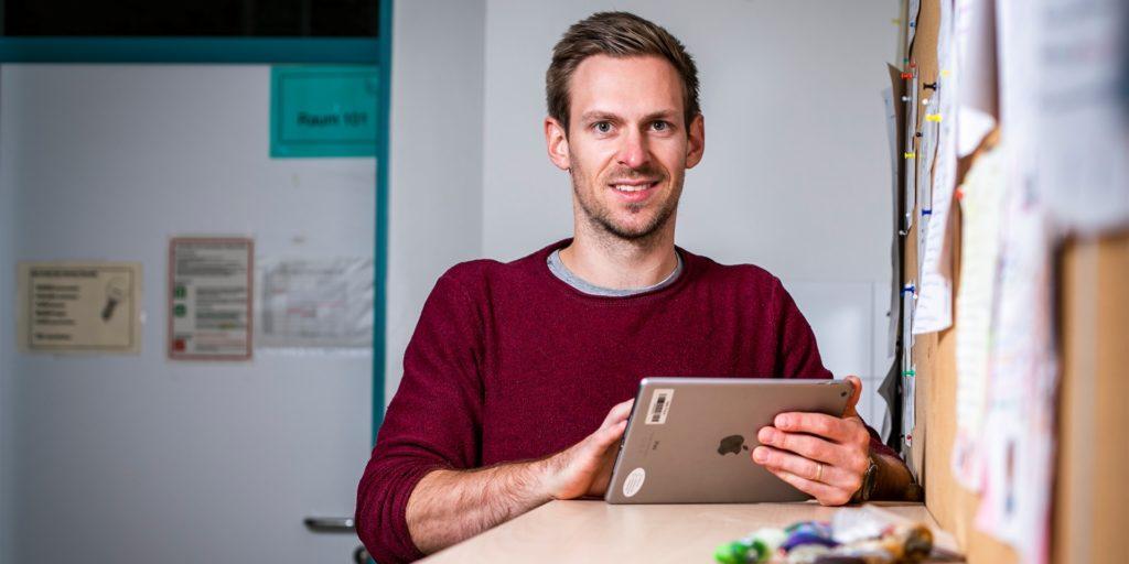 """Lehrer Björn Rauhaus ist 30 Jahre alt - und kann von seinen Schülern in Sachen Digitalisierung trotzdem noch etwas lernen. Was, das erklärt er in Folge 3 unsrer Serie """"Sind unsere Schulen digital?""""."""