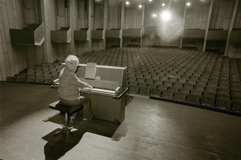 Günter Boas am Klavier auf der Bühne des Heinz-Hilpert-Theaters.
