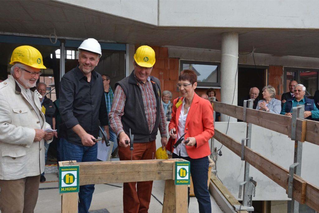 Architekt Hans-Georg Schmidt-Domogalla (unser Foto entstand im Juli 2016 beim Richtfest) plante als erstes Projekt in Haltern das genossenschaftliche Wohnprojekt Lina. Es wurde als eine der 100 Klimaschutz-Siedlungen NRW anerkannt.