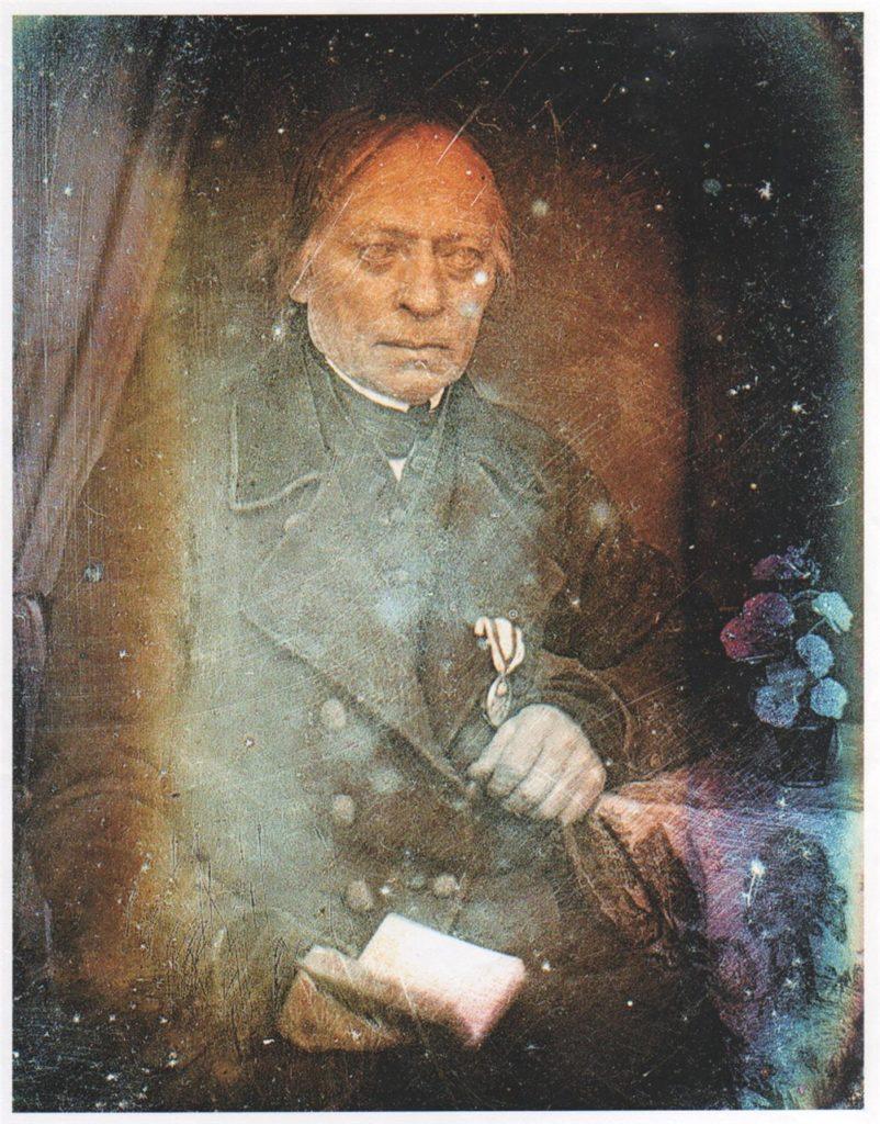 Bei einer Daguerreotypie wurde eine versilberte Kupferplatte belichtet.