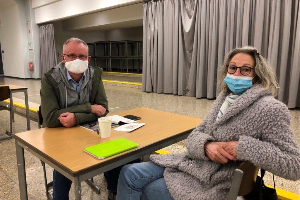 Gabi Schröder und Udo Thielert lassen sich den Tee in der Gesamtschule Scharnhorst schmecken. Sie sind zwei der vier Anwohner in der Evakuierungsstelle.