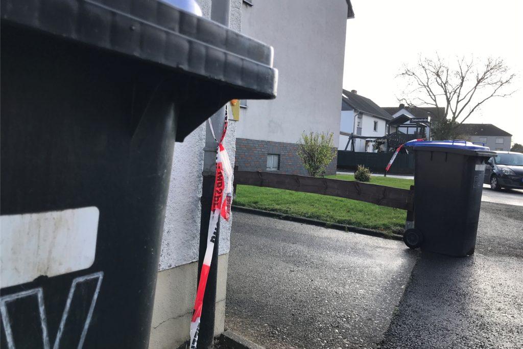 Am Mittag nach dem Tötungsdelikt von Habinghorst hängt das Flatterband der Polizeiabsperrung noch am Fallrohr der Garage und der Papiertonne herab. Sonst ist vom Einsatz der Spurensicherung nichts mehr zu sehen.