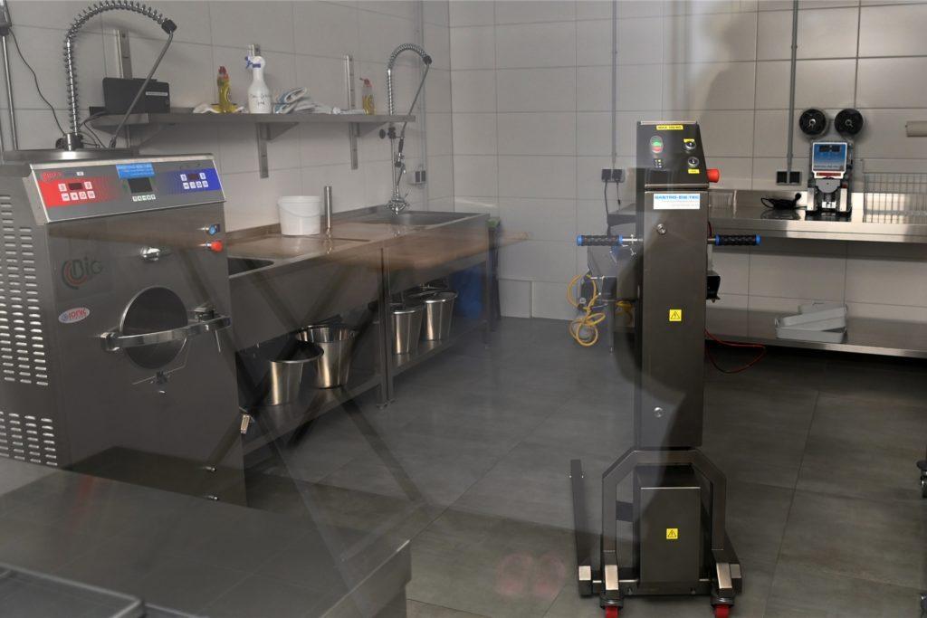 Die Produktionsstätte kann nur durch eine Glasscheibe betrachtet werden. Aus hygienischen Gründen dürfen Fremde hier nicht rein. Die Räumlichkeiten wurden extra für die Eisproduktion neu hergerichtet.