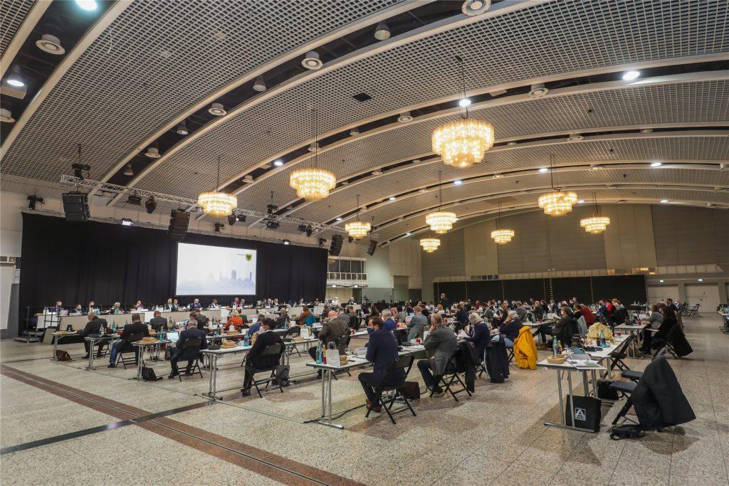 Wegen der Rathaus-Sanierung tagt der Rat in den nächsten zwei Jahren in der Westfalenhalle 2 und wegen Corona zurzeit mit Maske und Abstand.