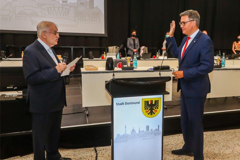 Manfred Sauer, als Lebensältester im Rat, vereidigt Thomas Westphal als neuen Oberbürgermeister von Dortmund.