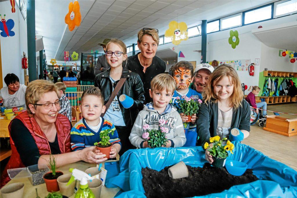 Erinnerungen an eine coronafreie Zeit: Im Frühjahr 2016 feierte das Familienzentrum St. Stephanus mit Leiterin Ursula Wimmer (hinten Mitte) den Frühlingszauber.