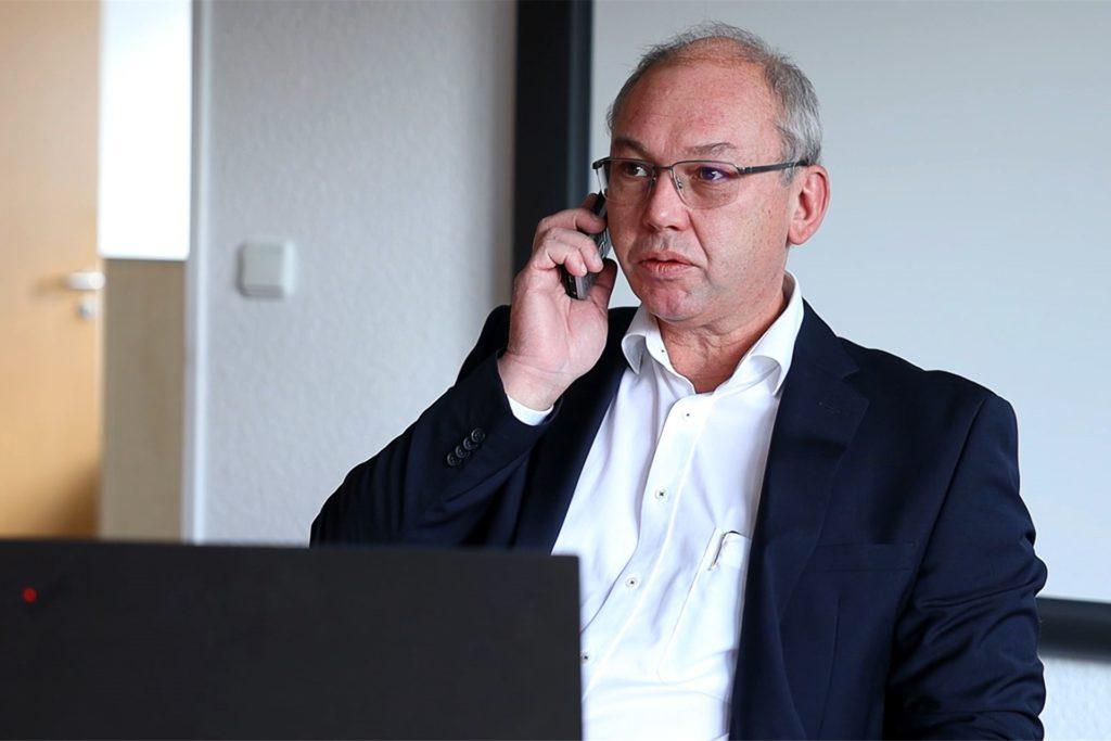 """Thomas Baumann bekam die Auszeichnung """"Unternehmer des Jahres"""" am Freitag (13. November) im kleinsten möglichen Rahmen verliehen."""