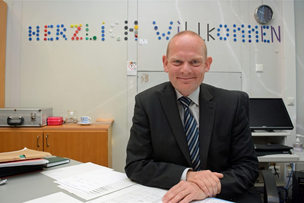 Hermann Twittenhoff leitet die Gesamtschule Wulfen. Er ist überzeugt von der Wirksamkeit der Alltagsmasken im Unterricht.