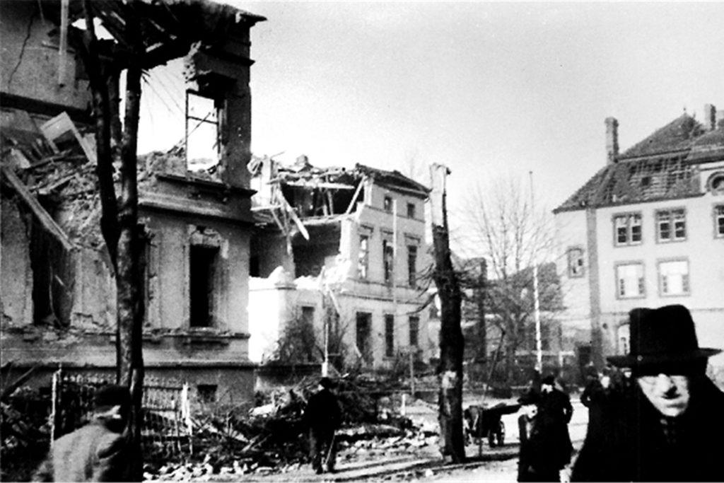 Mehr als 300 Menschen starben beim  Bombenangriff vom 31. Mai 1944 auf das Nickelwerk und das Bahnhofsgelände. Auch Häuser an der Bahnhofstraße wurden zerstört.