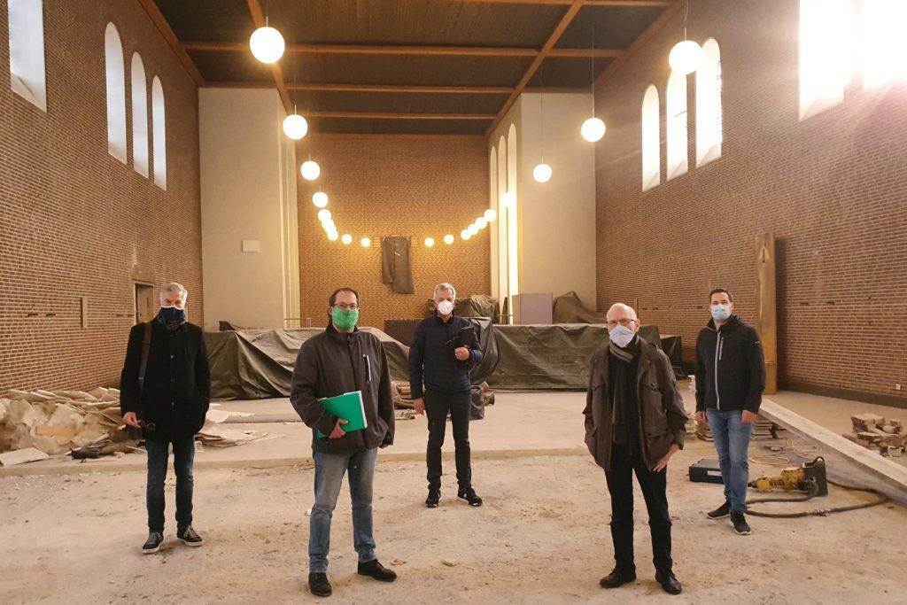 Freuen sich, dass es an der Josefskirche voran geht: Josef Wiefhoff (Farwick + Grote), Marc Klein-Günnewick (Gemeinde), Felix Büter, Peter Thiemann (beide Kirchenvorstand) und Daniel Schoppen (Zentralrendantur).