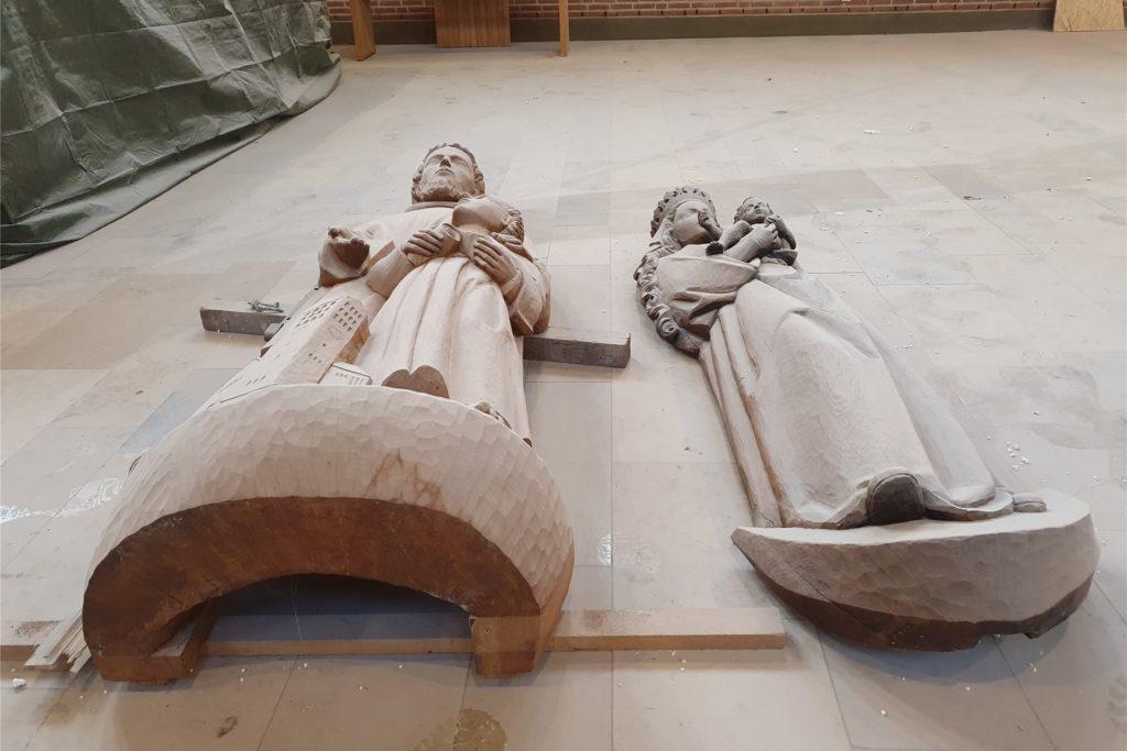 Die Holzfiguren wurden von den Wänden genommen. Auch sie sind aktuell von Staub bedeckt.