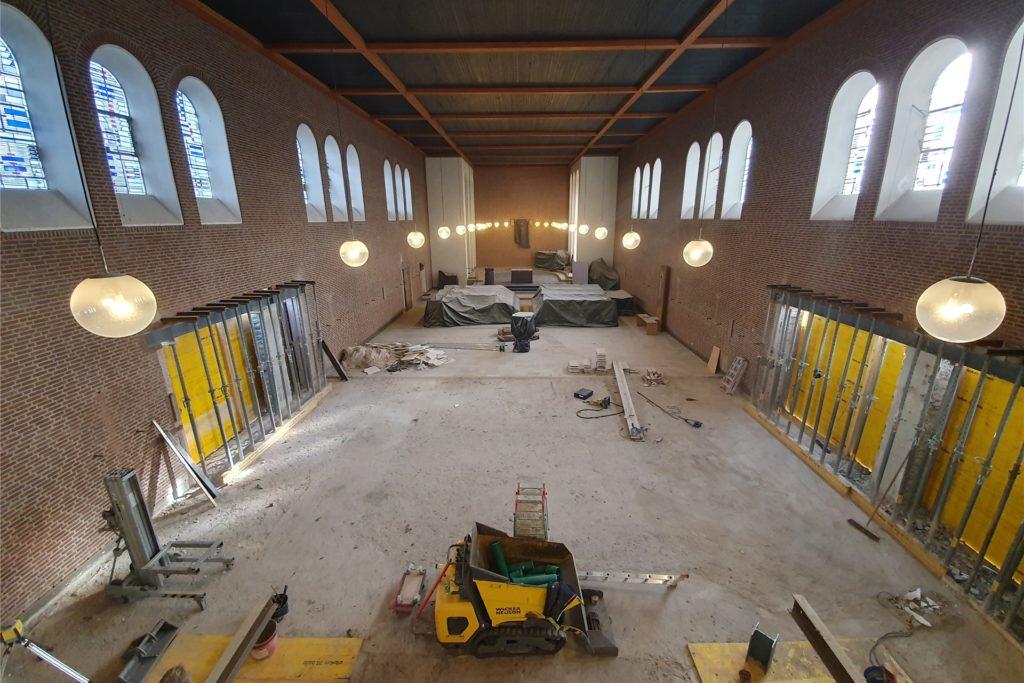 Der hintere Bereich des Kirchenschiffs wird weiterhin für Gottesdienste genutzt. Der vordere Teil für Gruppenstunden, Jungendtreffs und Veranstaltungen der Gemeinde.
