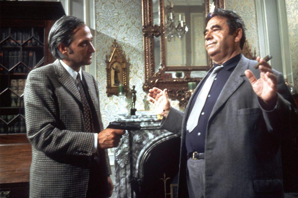 Die Filmszene aus der ersten «Tatort»-Folge «Taxi nach Leipzig» (ARD) zeigt Hauptkommissar Paul Trimmel (Walter Richter, r), der von Erich Landsberger (Paul Albert Krumm) mit der Pistole bedroht wird (undatierte Filmszene).
