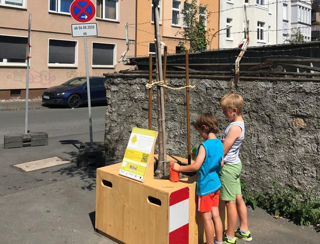 Schon im August zeigten die Anwohner Interesse an dem Projekt und gossen die Bäume der Wander-Allee.