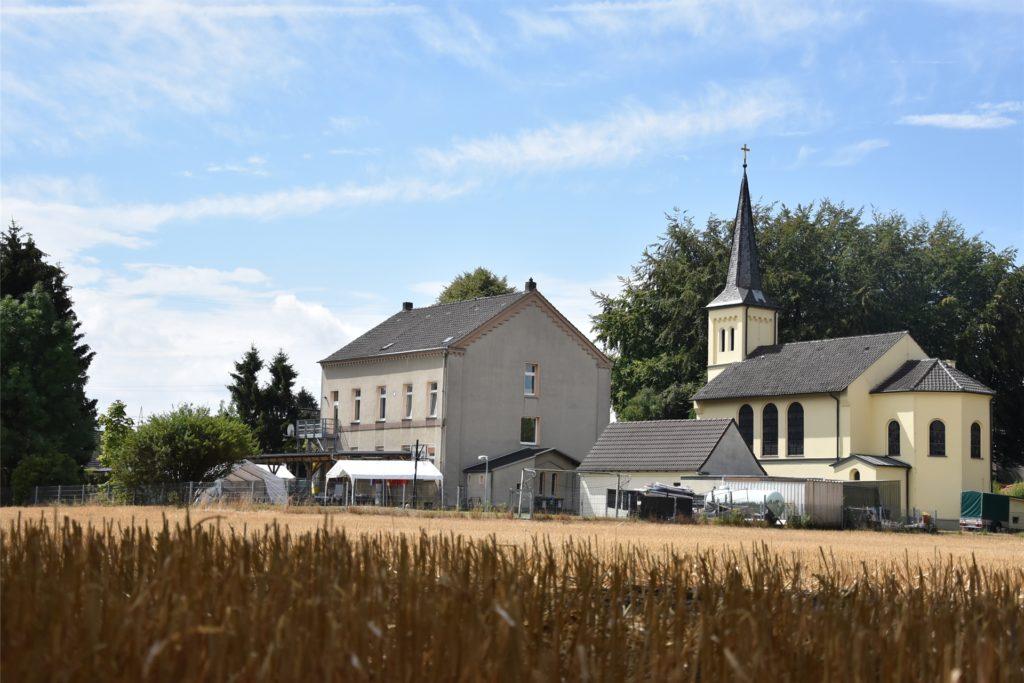 Das Center Pöppinghausen, direkt neben der Kirche. Sonst umgeben von Feldern und Wiesen. Sieht idyllisch aus, ist aber nicht ganz die Pöppinghauser Wahrheit. Das Dorf ist umgeben von Stromleitungen, die zum Umspannwerk führen. Das wird sich noch verschärfen.