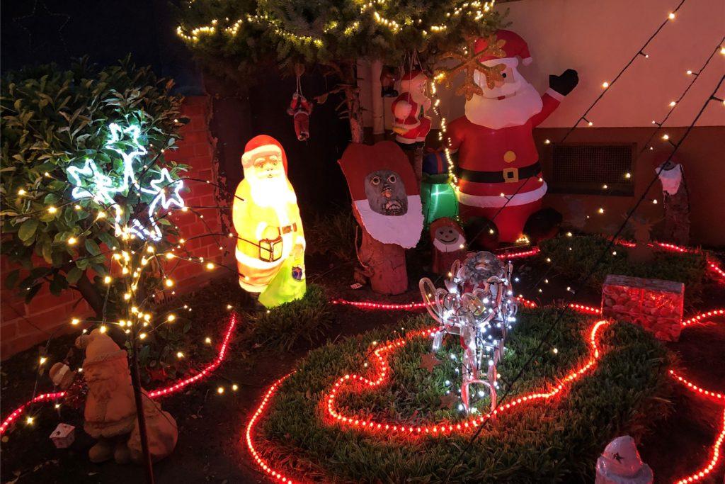 Jedes Jahr kommen neue Teile hinzu, sodass der weihnachtliche Vorgarten von Jasmin und Helga Zarth ständig wächst