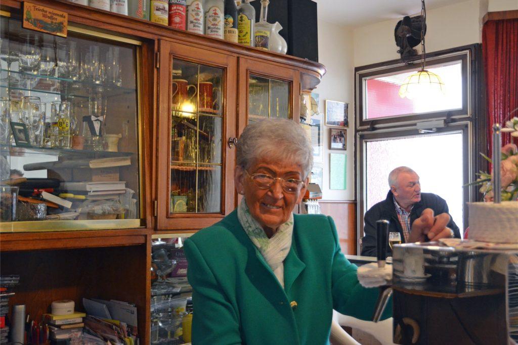 """Ilse Dietzel in ihrer Kneipe """"Im Eckchen"""" an ihrem 80. Geburtstag. Die Lünerin lebt heute auf Cappenberg."""