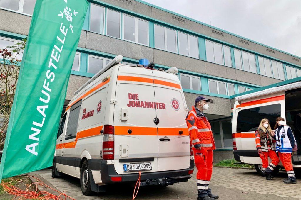 Auf dem Schulhof des Gymnasiums versammelten sich die Rettungskräfte.