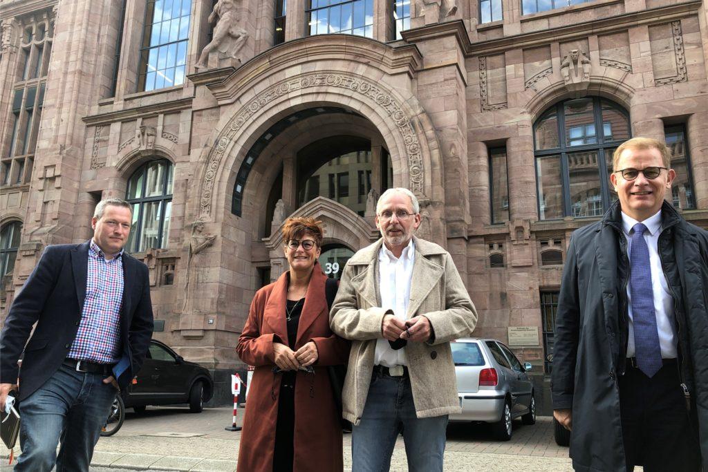 Gegen eine vom Kreis Wesel zurückgezogene Genehmigung einer Bauvoranfrage klagte der Gahlener Gastronom Friedrich Holtkamp (2.v.r.) vor dem Düsseldorfer Verwaltungsgericht. Doch seine beantragten 17 Wohnmobilstellplätze sind nach einem neuen Schreiben des Kreises wieder in weite Ferne gerückt.
