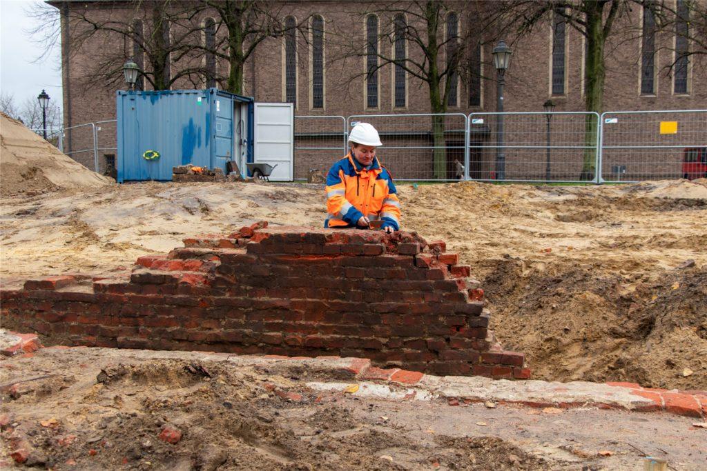 Archäologin Heike Tausendfreund hat mit ihrem Team Teile der Stadtmauer freigelegt.