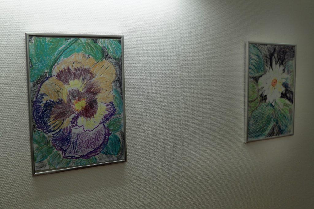 Neben den Fotos finden die Zeichnungen und Gemälde von Bewohner Karl Herbsthoff auch einen Platz an den Wänden in den Wohnbereichen.