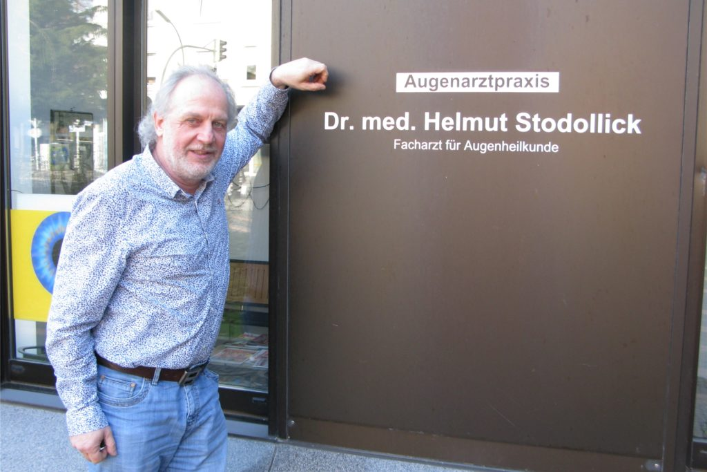 Augenarzt Dr. Helmut Stodollick verliert durch den Abriss des Sparkassen-Gebäudes zwar seine Praxis, bekommt im neuen Aldi-Markt aber neue Räume.
