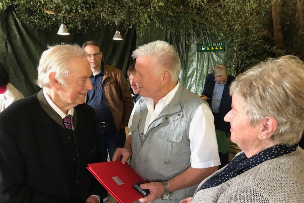 Am 25. August 2017 überreichten Mitglieder des SPD-Ortsverbands Schermbeck Wilhelm Cappell (l.) die Willy-Brandt-Gedenkmedaille der SPD.