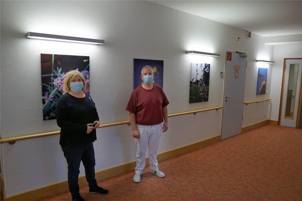 Hausleiterin Nicole Fischer freut sich gemeinsam mit Pflegekraft Dirk Gräve, dass die neu gestalteten Wände so gut bei den Bewohnern des Malteserstifts ankommen.