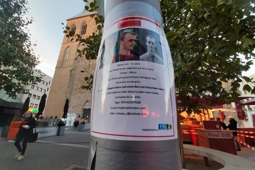 Dieses laminierte Suchplakat hängt seit kurzem am Westenhellweg vor der Petrikirche. Mit ihm wird Sidney Lute gesucht, ein junger Niederländer, der 2016 verschwand.