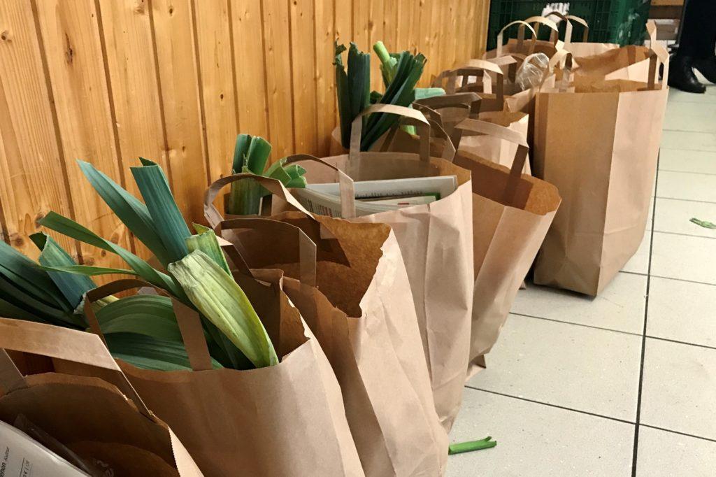 Diese gepackten Tüten werden an den Tafelausgabestellen an bedürftige Castrop-Rauxeler verteilt.