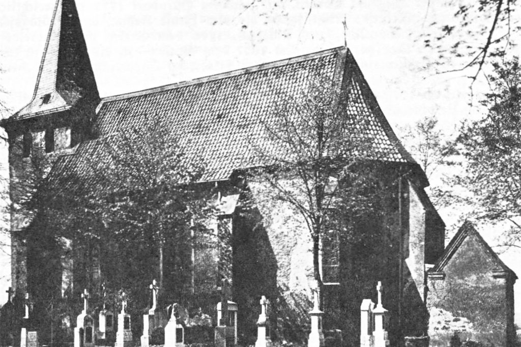 Das Bild zeigt die Pfarrkirche Hl. Kreuz in Hamm-Bossendorf. Die Kirche wurde im romanischen Stil mit Steinen aus dem Steinbruch vom nahe gelegenen Hammer Berg, erbaut.