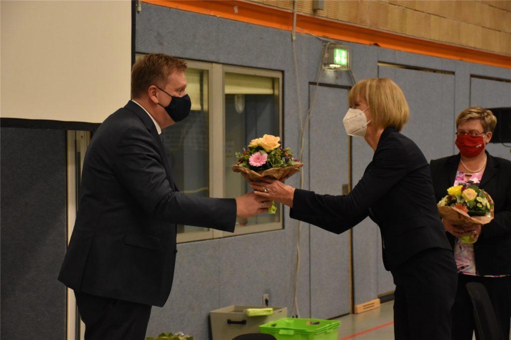 Bürgermeister Thomas Stohldreier beglückwünschte seinen drei Stellvertreterinnen mit jeweils einem Blumenstrauß zu ihren neuen Ämtern.