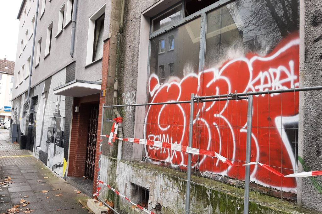Viele Hauseigentümer in Dortmund kämpfen immer wieder gegen Schmierereien auf ihren Häuserfassaden an. Auch in der unmittelbaren Nachbarschaft der erneuerten Fassade sind Schmierereien zu finden.