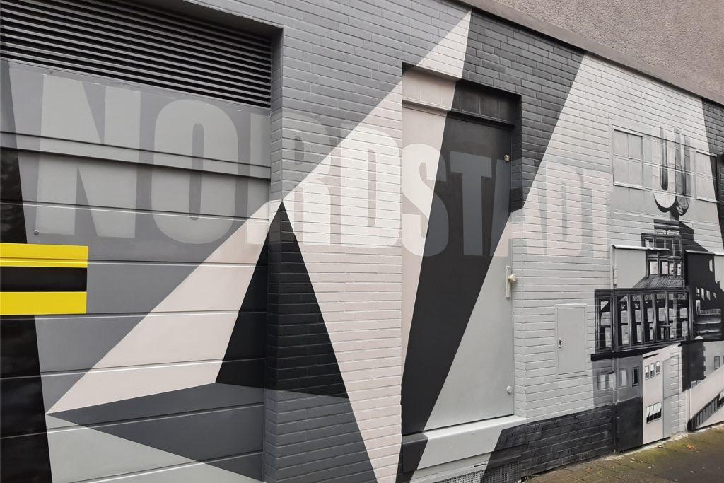 Einige Dortmunder Wahrzeichen sind nun auf einer Häuserfassade in der Dortmunder Nordstadt zu bewundern.