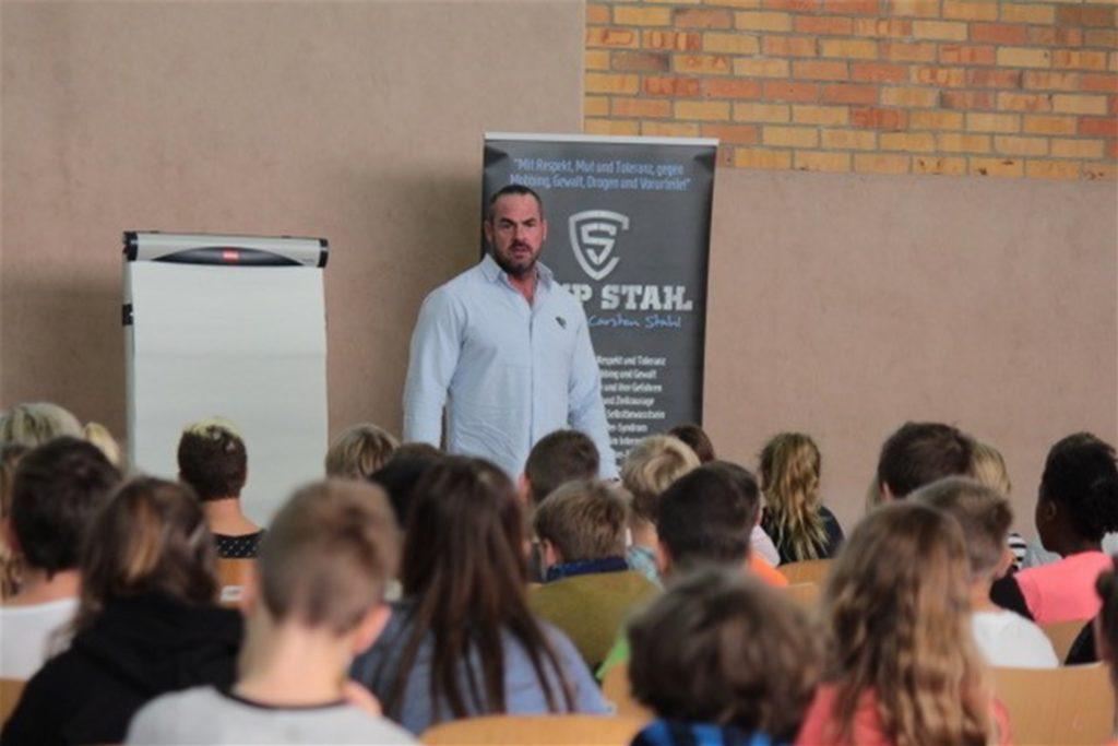 Carsten Stahl bei einer Veranstaltung an einer Schule.