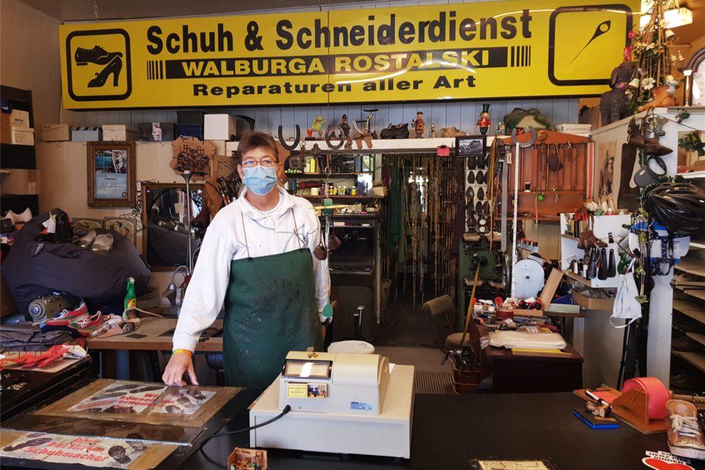 Schuhmachermeisterin Walburga Rostalski hofft, bald wieder mehr Kunden in ihrem Laden begrüßen zu können.