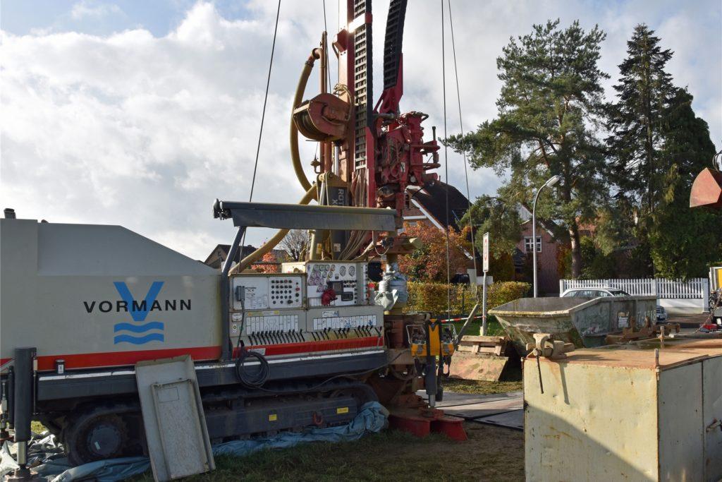 Die 15 Tonnen schwere Maschine steht sicherheitshalber auf Plastikfolie, damit kein Tropfen Öl im Erdreich versickern kann.