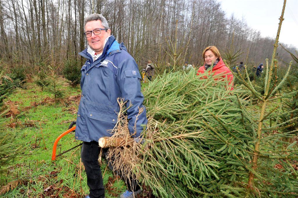 Säge oder Axt? Das ist eine Glaubensfrage bei privaten Weihnachtsbaumfällern. Die meisten Baumhöfe stellen Sägen zur Verfügung.