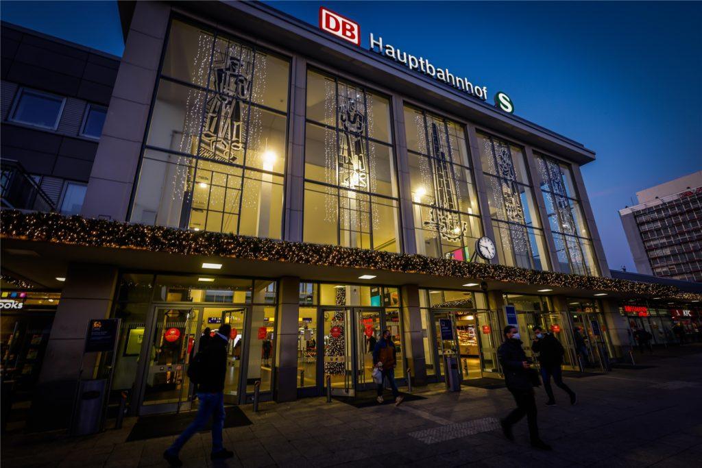 Der festlich erleuchtete Eingang des Hauptbahnhofs ist ein Lichtblick in der City.