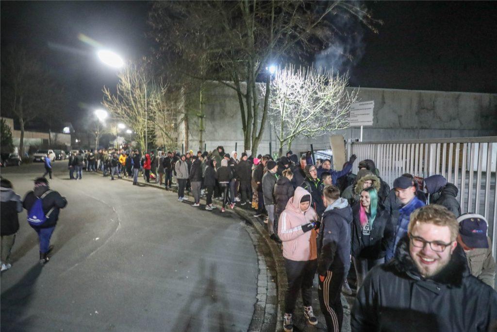 27.12.2019: Vor dem Lagerverkauf stehen viele Menschen und warten auf die Öffnung. Das wird es 2020 nicht geben.