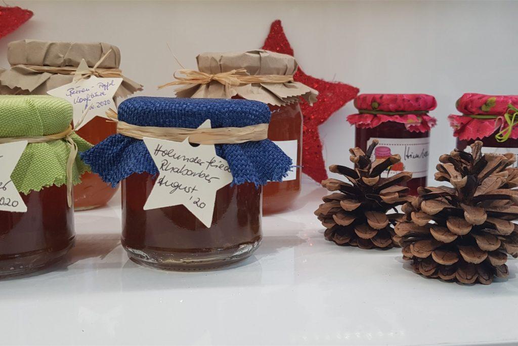 In dem kleinen Lädchen an der Wassermühlenstraße gibt es weihnachtliche Kleinigkeiten zu kaufen wie Marmeladen und Dekoartikel.