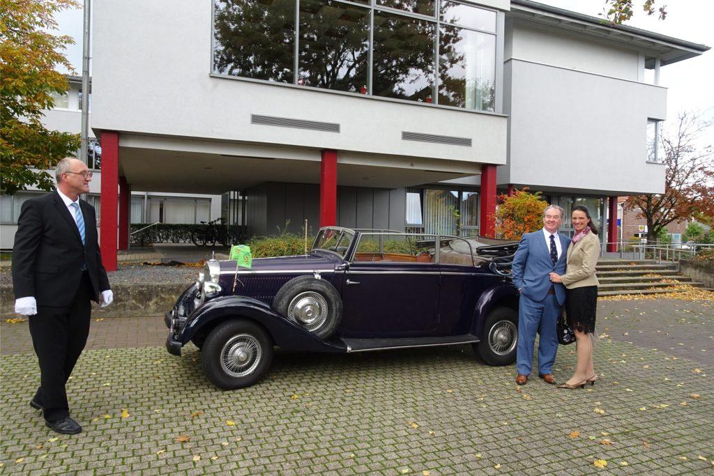 Zum Abschied aus dem Südlohner Rathaus wurde der ehemalige Bürgermeister Christian Vedder an seinem letzten Arbeitstag Ende Oktober von seiner Frau Nicole und Klaus Dicks, dem Besitzer des alten Mercedes 170a-Cabrios von 1937, abgeholt.