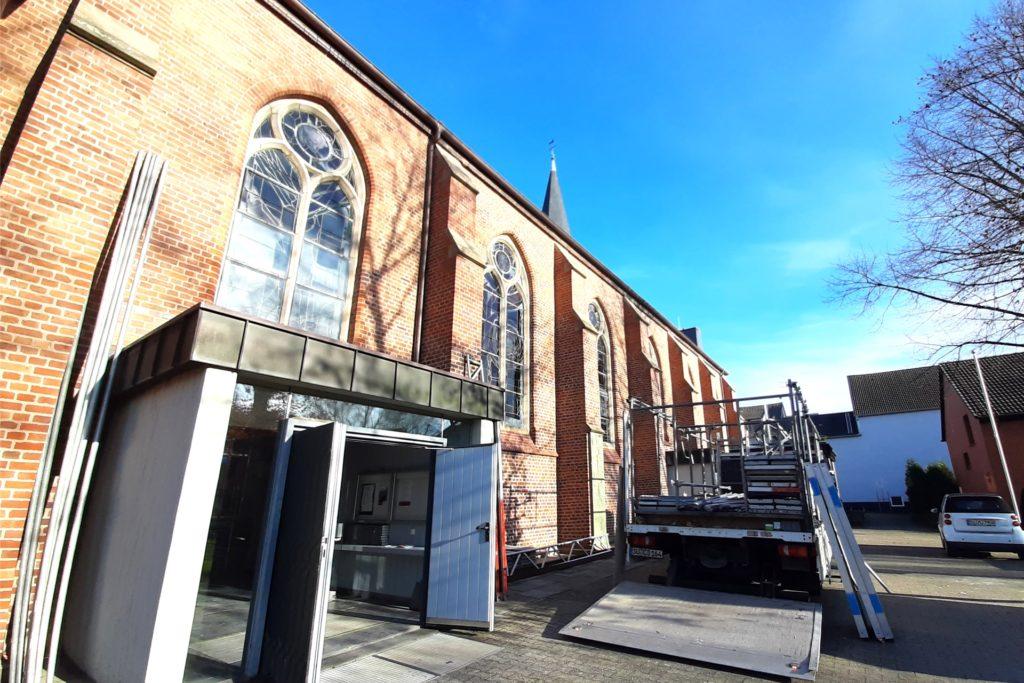 Seit wenigen Tagen gehen die Gerüstbauer in der Kirche an der Deutsch-Luxemburger Straße ein und aus und bringen Stangen und Bretter vom Lkw in die Kirche.