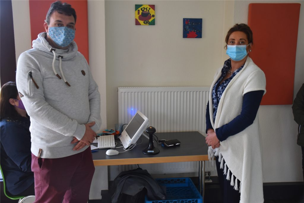 Knut Kasche, Leiter der Paulus-van-Husen-Schule, und Sabrina Isermann-Ravensburg, Geschäftsführerin bei Meal-o, freuen sich über die neue Mensatechnik.
