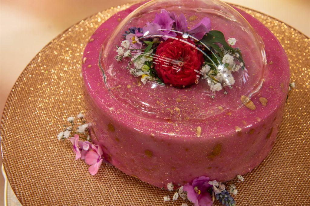 """Ihre """"Mirror Glace""""-Torte hat Sara mit einer rosa Schicht und Gold-Glitzer verziert. Über die Torte mussten die Kandidaten eine hauchdünne Zuckerblase drapieren."""